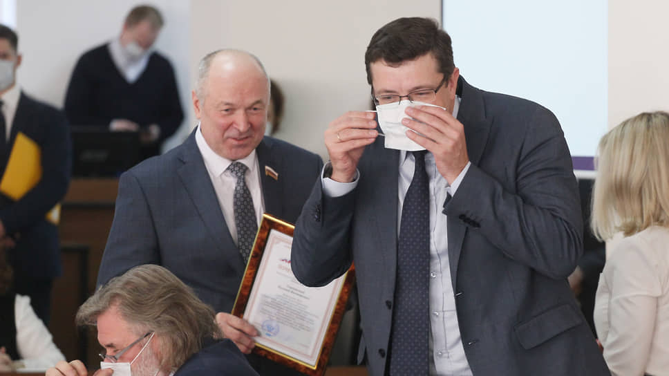 Губернатор Глеб Никитин (справа) вручил Евгению Лебедеву почетный диплом