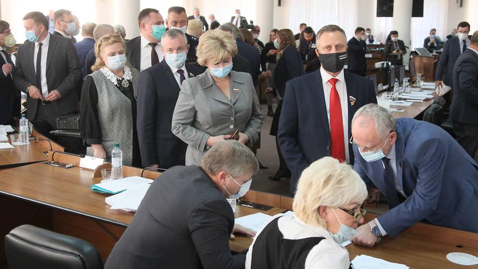 Проводив одного председателя, депутаты выстроились в очередь за бюллетенями, чтобы проголосовать за следующего