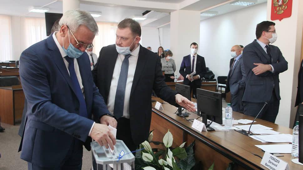 Евгений Люлин (слева) несомненно голосовал за одного из своих конкурентов