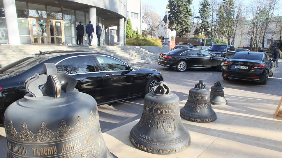"""На следующий день парковка перед зданием мэрии вновь наполнилась премиальными иномарками с """"тройной Анной"""" на номерах"""