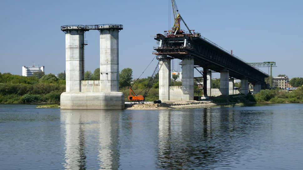 Пять лет спустя в августе 2007 года метромост не достиг и середины реки