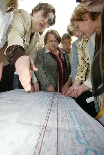 Однако нашлось немало нижегородцев, недовольных появлением метро на площади Горького. Они пытались доказать, что в этом месте строить станцию нельзя, поскольку вибрация повредит дома
