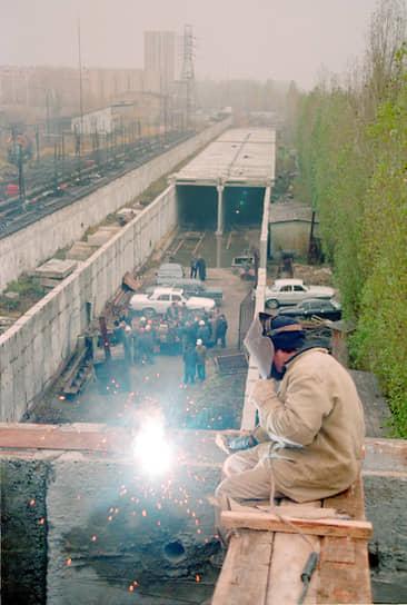 """Станцию метро """"Буревестник"""" ввели в эксплуатацию в ноябре 2002 года. На фото – момент ее строительства"""