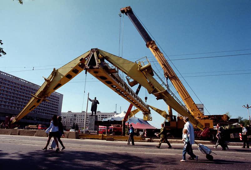"""В сентябре 1999 года замороженную стройку станции """"Ярмарка"""" было решено прекратить, и ставший привычным элементом пейзажа козловой кран демонтировали"""