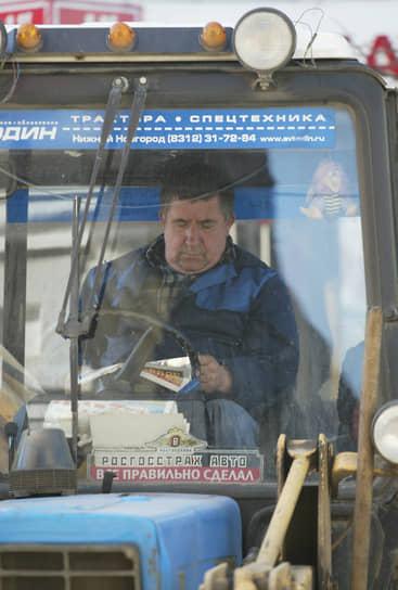 Водитель трактора может отмечать и день работника сельского хозяйства, и день работника транспортной сферы