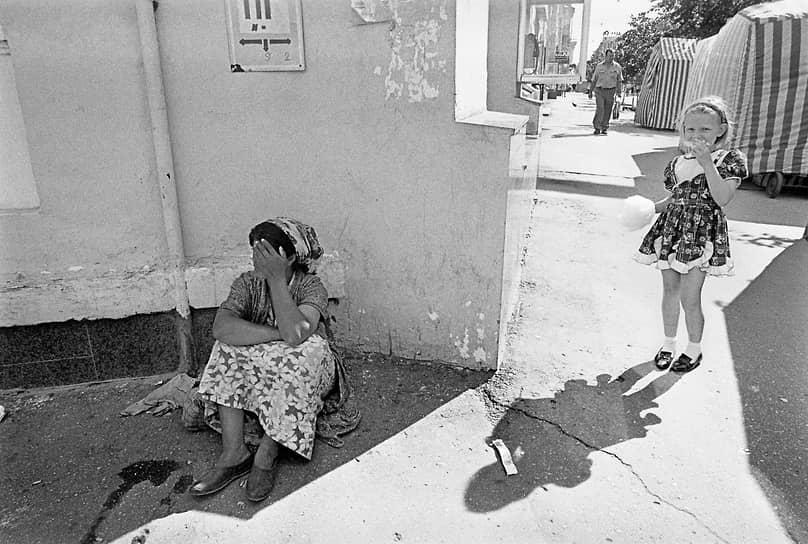 Цыганка, торгующая на Мытном рынке, отдыхает после тяжелого рабочего дня. 1997 год