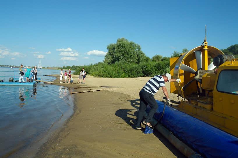 В Нижнем Новгороде, который стоит на двух реках, вода – тоже транспортная сфера, и водитель судна на воздушной подушке может присоединиться к общепрофессиональному празднику