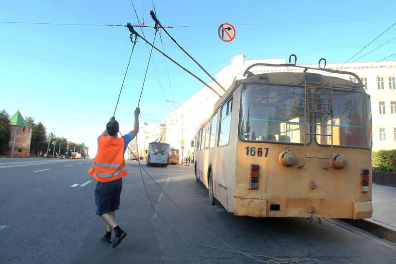 """Современный водитель нижегородского троллейбуса должен не только умело водить, знать правила дорожного и успевать принимать оплату за проезд, но и ремонтировать свою машину при необходимости. Иногда их манипуляции с """"усами"""" похожи на танец"""