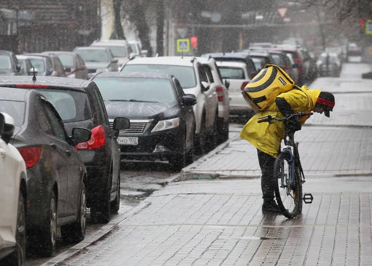 Сотрудники курьерских служб стали так часто мелькать на улицах Нижнего Новгорода на велосипедах, самокатах и машинах, что их волей не волей причислишь к работникам транспортной сферы