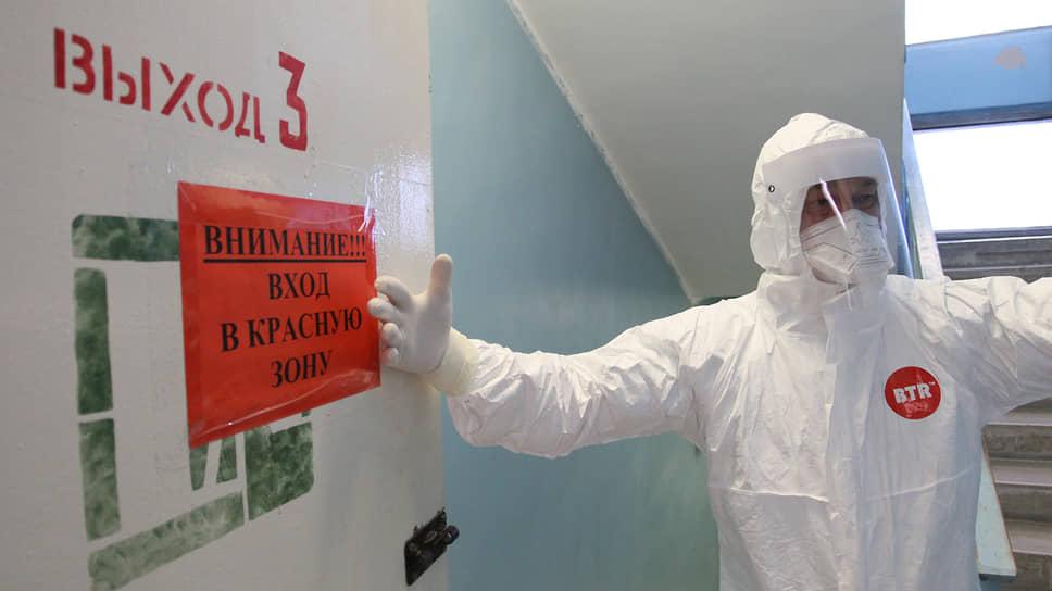 Таких дверей с красной предупреждающей табличкой в больнице № 13 много: под COVID-19 отведено несколько этажей одного из корпусов