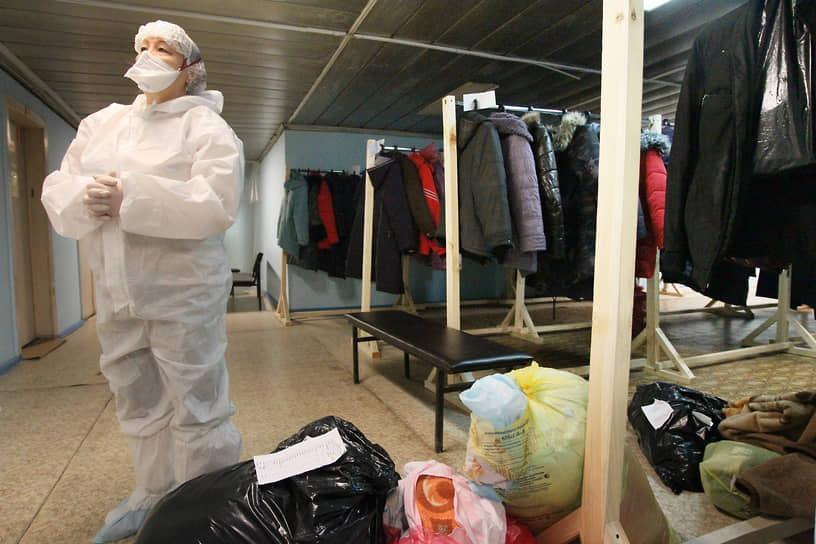 Гардеробщицы сегодня тоже на переднем крае. Одежду умерших от коронавируса родные не всегда хотят забирать, и ее нужно утилизировать
