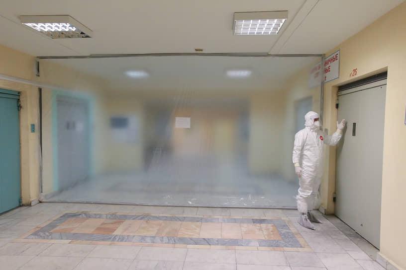 Мир здоровых людей от мира больных коронавирусом отделяет защитная полупрозрачная стена