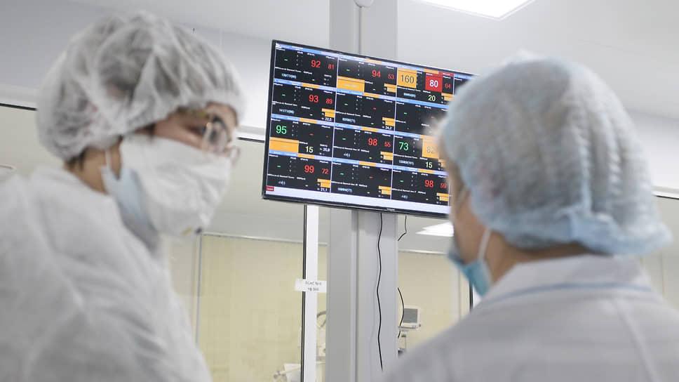 В отстроенное этим летом новое инфекционное отделение больницы 23 поступают только тяжелые больные, и врачам приходится круглосуточно следить за их жизненными показателями на мониторах