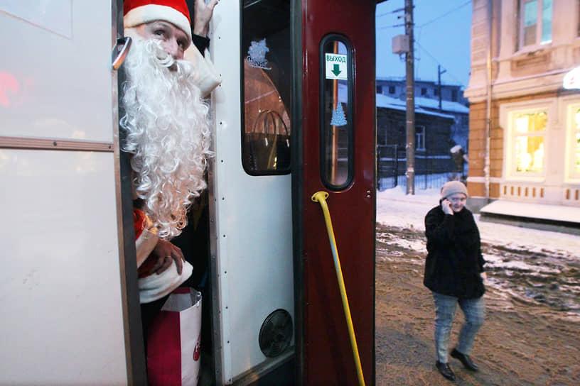 Настоящему Деду Морозу любая работа по плечу, даже управление трамваем
