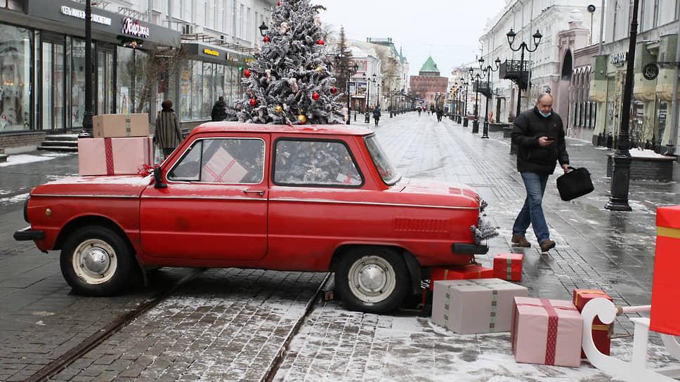На улицах города – новые инсталляции с елкой прямо на крыше автомобиля