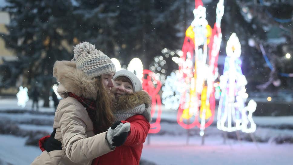 Горожане активно фотографируются на фоне иллюминации в кремле
