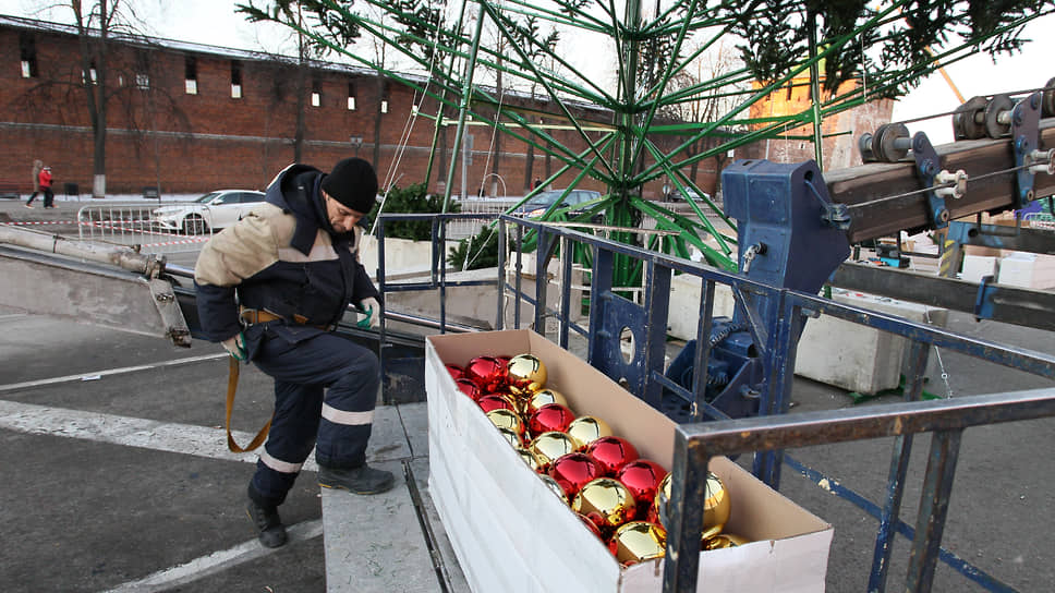 Чтобы украсить главную городскую елку, требуется несколько ящиков с игрушками