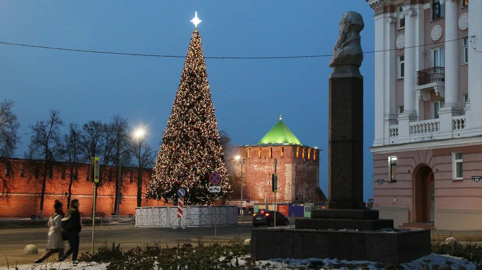 Наконец, елка украшена и горит, завершая новогодний кремлевский ансамбль