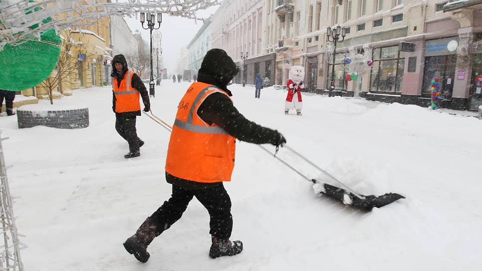 Но без лопаты как следует снег все равно не убрать