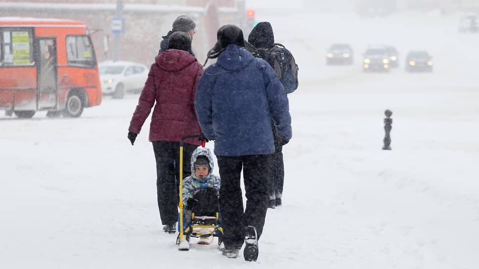 Для многих родителей санки – настоящее спасение в такой сильный снегопад