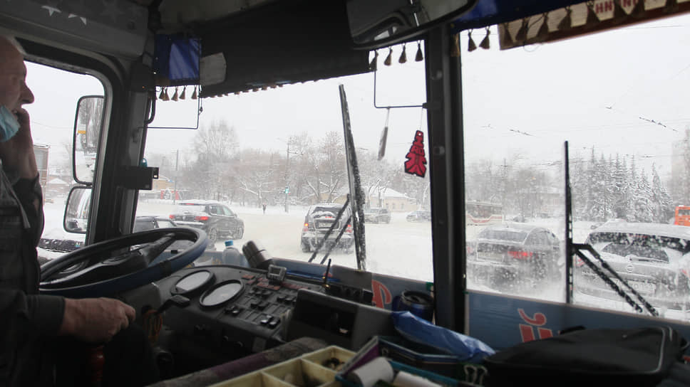 Дорогу все труднее рассмотреть сквозь обледеневшее от снегопада стекло автобуса