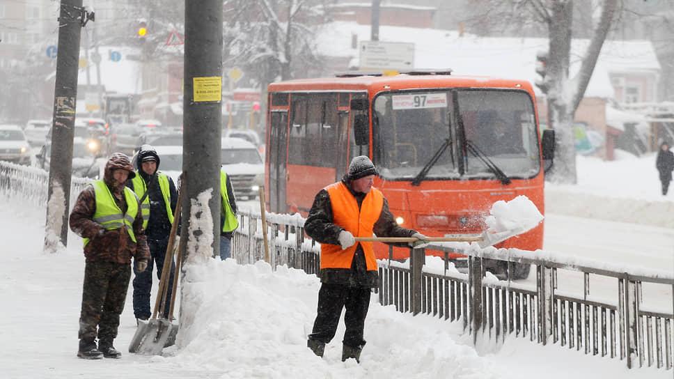 Эти люди в оранжевых жилетах и с лопатами – единственная надежда водителей городского транспорта