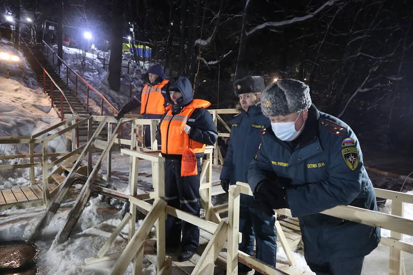 На Щелоковском хуторе сотрудники МЧС терпеливо ждали, когда закончится служба и воду осветят