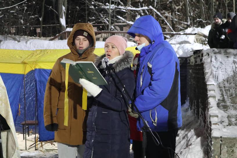 Самые стойкие певчие церковного хора сегодня ночью пришли на Щелоковский хутор