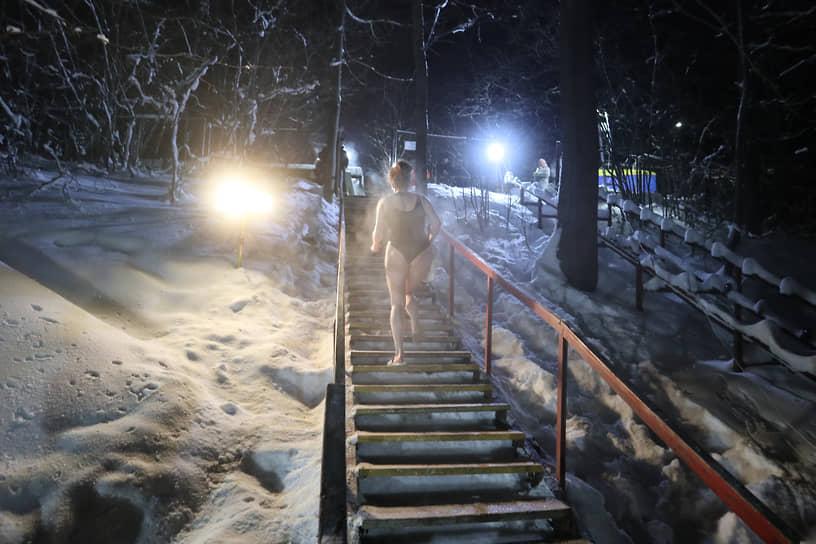 После купания многие бросались бегом вверх по лестнице переодеваться в сухую и теплую одежду