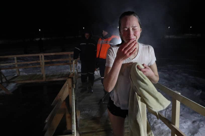 От холода многие забывали про полотенца и вытирали лицо руками