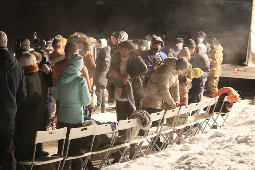 Однако, несмотря на сильный мороз и предостережения властей воздержаться от купаний из-за возможности заражения коронавирусом, очередь к проруби была длинной