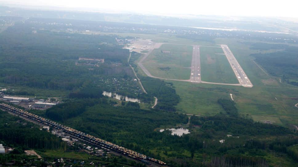 """Так выглядит наш аэропорт со стороны северного торца взлетной полосы, когда самолеты пролетают над железнодорожной станцией """"Горький-Сортировочный"""""""