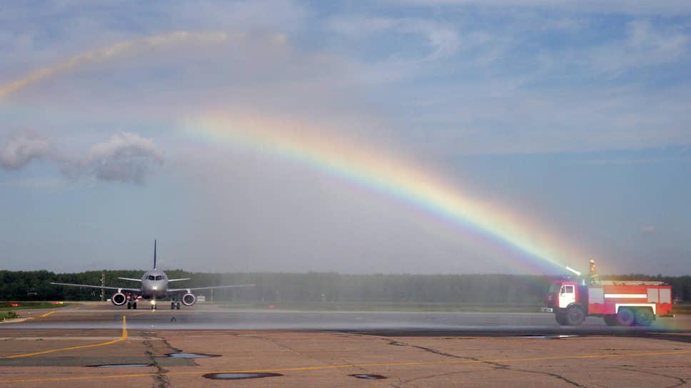 Струи из брандспойтов пожарных машин традиционно встречают первые рейсы. В 2011 году в Стригино совершил посадку первый Sukhoi Superjet
