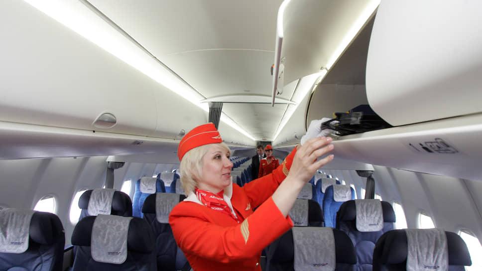 Стюардессы приводят салон самолета в порядок перед встречей пассажиров