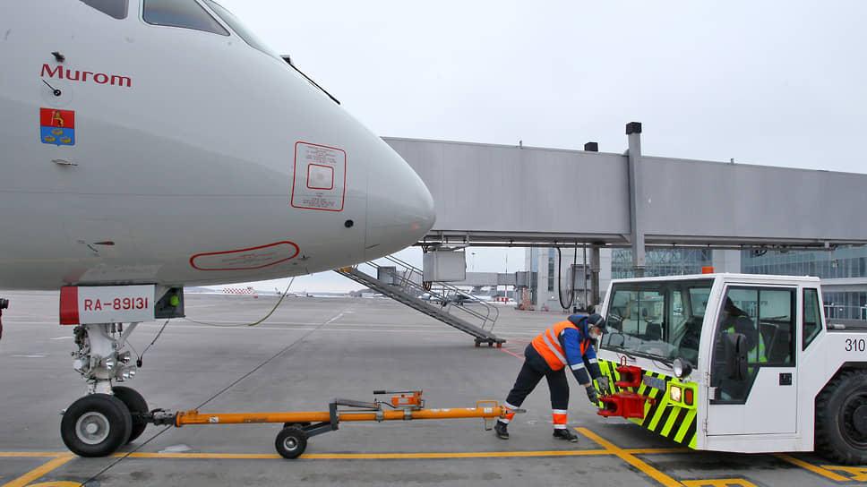 А тем временем самолет готовят к вылету на стоянке