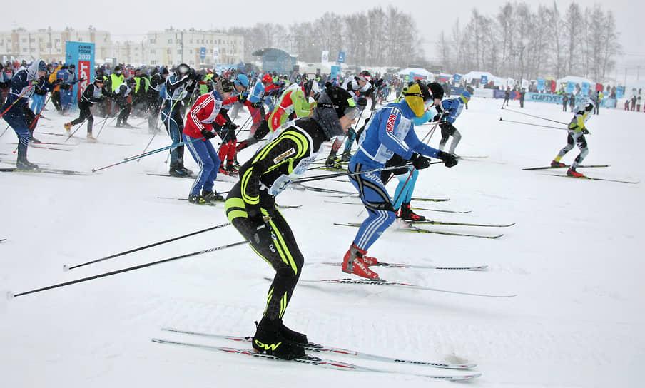 """На поляне у ЖК """"Окский берег"""" собралось 3,5 тысячи нижегородцев. Еще 1,5 тысячи спортсменов из Нижнего Новгорода зарегистрировались на онлайн-забег"""