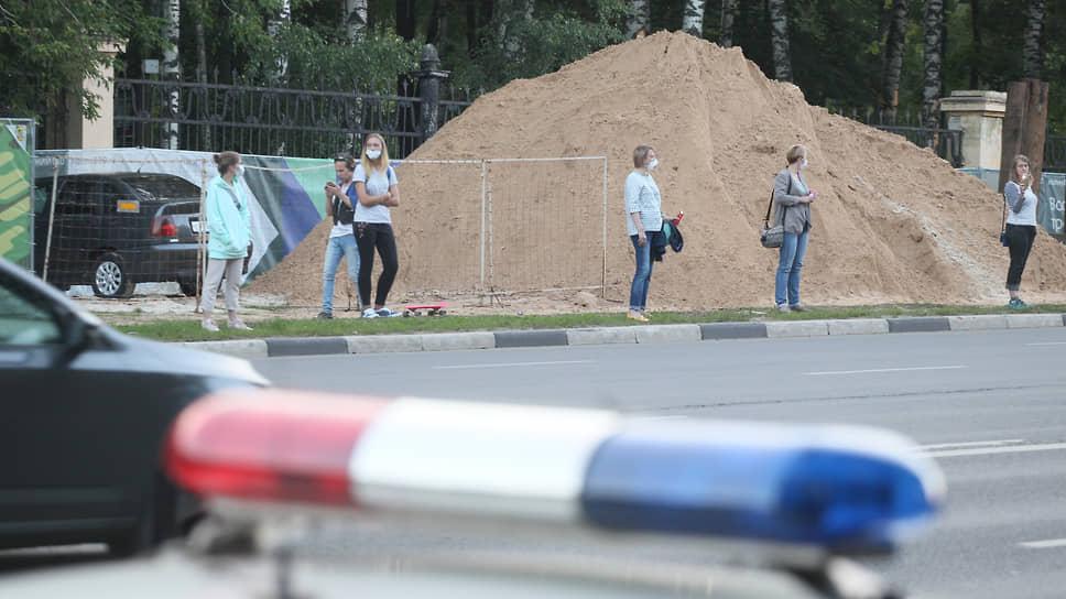 Протестующие не поверили обещаниям застройщика и продолжили вставать в еженедельные пикеты вдоль ограды