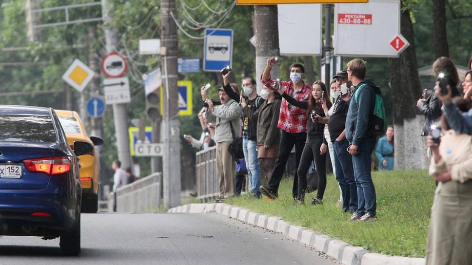 С тех пор активисты протеста застройки парковой территории каждый вторник встают в живую цепь вдоль ограды на проспекте Гагарина