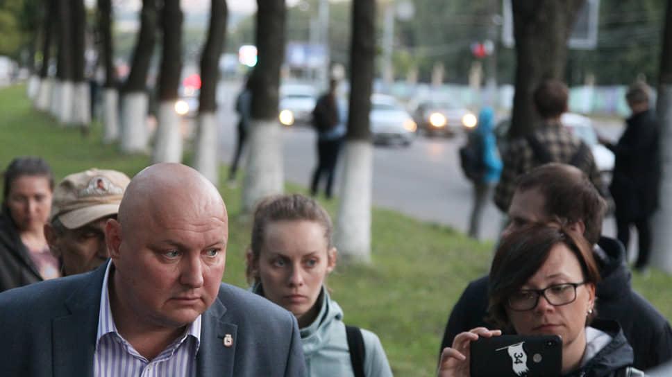 В августе общий язык с общественностью попытался найти глава Приокского района Михаил Шатилов