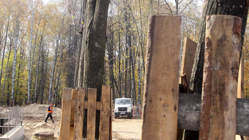 Для предотвращения повреждений все деревья обнесли дощатыми ограждениями