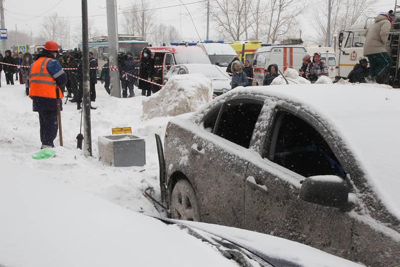 От взрыва пострадали припаркованные у дома машины