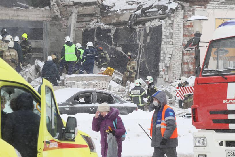 Из-под завалов достали одну женщину. У нее 35% ожогов тела, резаные раны и ушибы головы