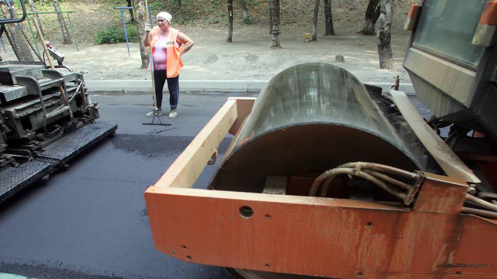 Сейчас дамы в оранжевых жилетах, управляющиеся с лопатой перед дорожным катком, мало кого могут удивить