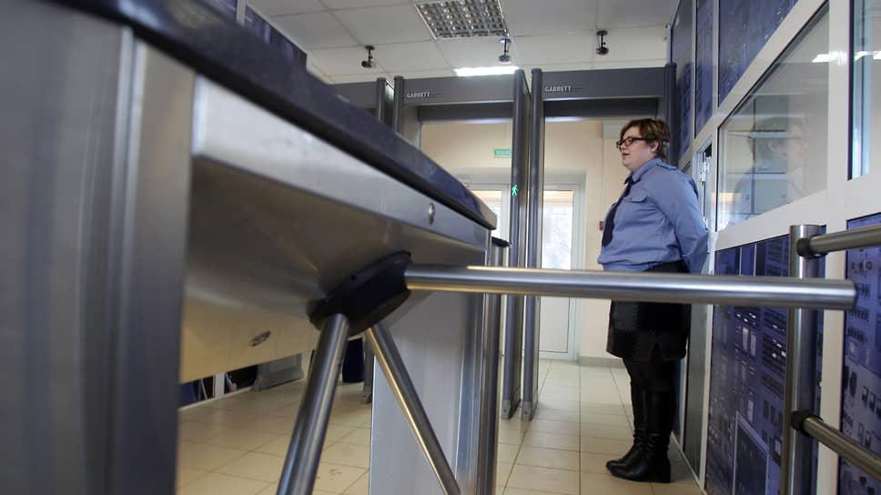 Охранница Новогорьковской ТЭЦ у турникета проходной