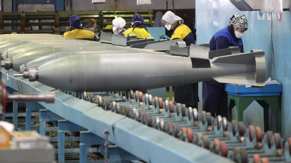 Женщины на производстве авиационных бомб на заводе имени Свердлова