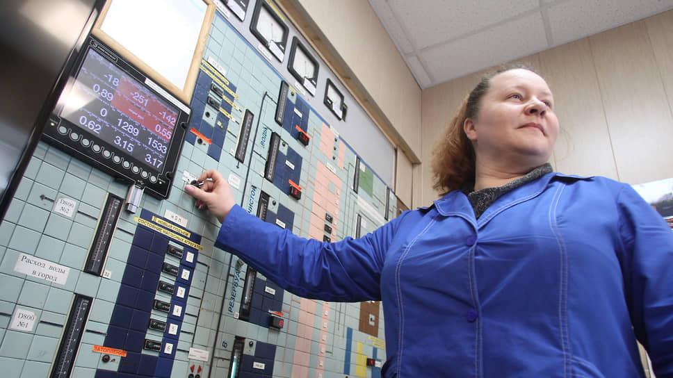 Профессию диспетчера освоили многие женщины. Пульт управления водозабора Слудинской водопроводной станции