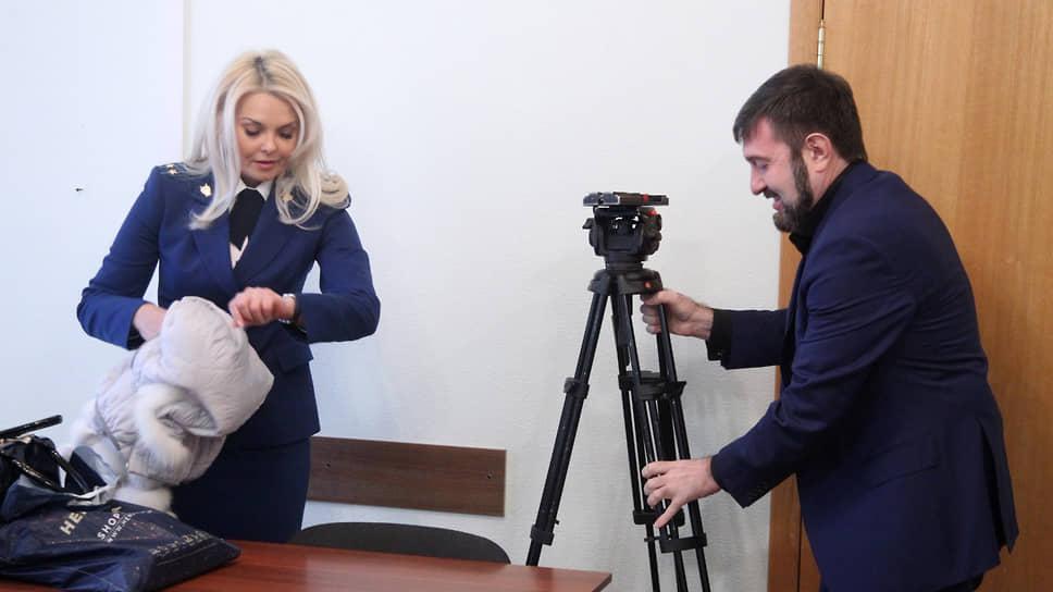В присутствии прокурора-женщины даже штатив теряет устойчивость