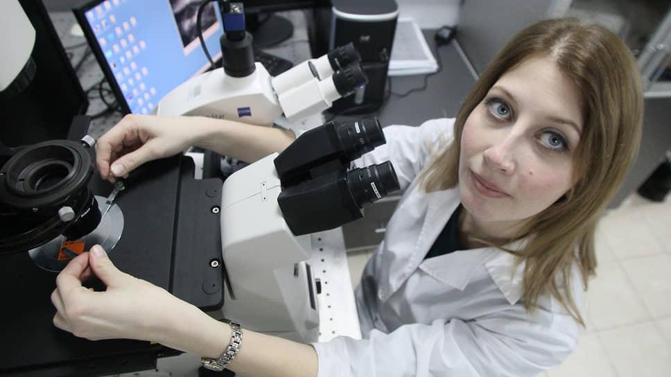 Сотрудница лаборатории нижегородского нейроцентра института биологии и биомедицины при ННГУ Елена Митрошина у микроскопа