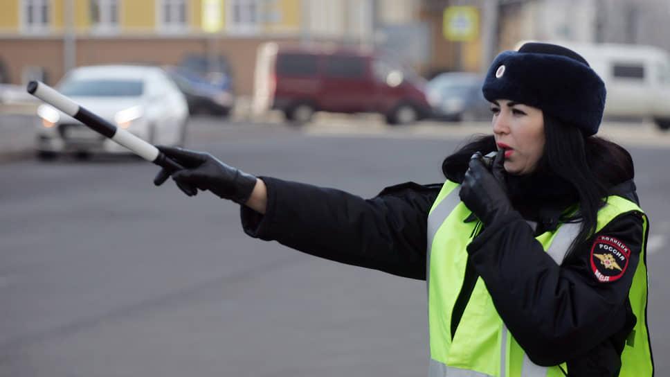 Женский патруль Госавтоинспекции проверяет водителей на дороге