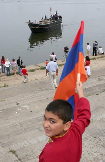 Встретить яхту пришли многие представители армянской диаспоры в Нижнем Новгороде